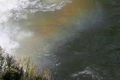 Quedas da água do arco-íris Arco-íris sobre a cachoeira na represa Arco-íris colorido na água do respingo A água cai da elevação  imagem de stock