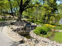 Quedas da cascata e ajardinar em um monte bastionny em Riga Imagens de Stock