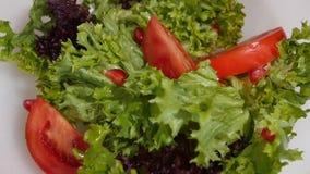 Quedas da folha da alface no fim da salada do vegetariano acima filme