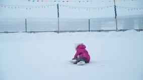 Quedas da menina na pista de gelo video estoque