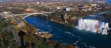 Quedas do americano e ponte do arco-íris, Niagara Falls Fotografia de Stock Royalty Free