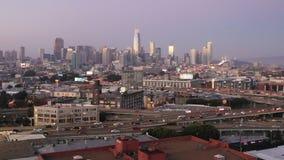 Quedas do crepúsculo sobre a skyline do centro da cidade de San Francisco California video estoque