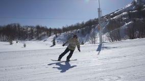 Quedas do Snowboarder que aderem-se à neve vídeos de arquivo