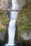 Quedas e Benson Footbridge de Multnomah no desfiladeiro da Colômbia de Oregon Fotografia de Stock