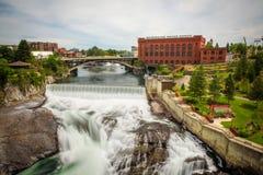 Quedas e a construção de Washington Water Power ao longo do rio de Spokane foto de stock