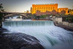 Quedas e a construção de Washington Water Power ao longo do Spokane fotografia de stock royalty free