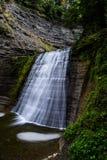 Quedas médias - parque estadual de Stony Brook - cachoeiras longas da exposição - New York foto de stock
