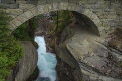 Quedas sob a ponte de pedra bonita Fotos de Stock Royalty Free