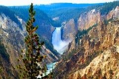 Quedas superiores da vila da garganta do parque nacional de Yellowstone das montanhas da paisagem de yellowstone e dos penhascos  fotografia de stock
