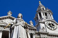 Queen Anne Statue infront of St. Paul's Cathedral Stock Photo