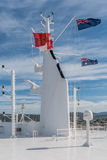 Queen Mary 2 που φέρει βρετανικό μπλε ensign και την αυστραλιανή σημαία Στοκ Εικόνες