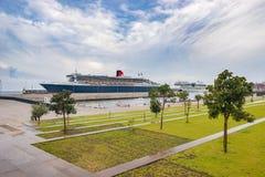 Queen Mary 2 accouplé dans le port Photos stock