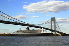 Queen Mary 2 cruise ship in New York Harbor under Verrazano Bridge heading for Transatlantic Crossing from New York to Southampton Stock Photos