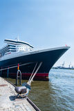 Queen Mary 2 - de luxueuze cruisevoering in Hamburg Stock Foto's
