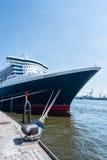 Queen Mary 2 - den lyxiga kryssningeyeliner i Hamburg Arkivfoton