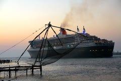 Queen Mary 2 en el fuerte Kochi Foto de archivo libre de regalías