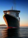 Queen Mary 2 en Vigo, España con puesta del sol imagen de archivo