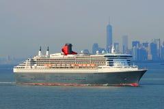 Queen Mary 2 kryssningskepp i den New York hamnen som går mot Kanada och New England Arkivbilder