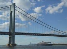 Queen Mary 2 kryssningskepp i den New York hamnen under den Verrazano bron som går mot den transatlantiska korsningen från New Yor Royaltyfri Foto