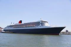 Queen Mary 2 kryssningskepp som anslutas på den Brooklyn kryssningterminalen Fotografering för Bildbyråer