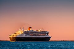Queen Mary 2 przy zmierzchem w Portowym Adelaide Obrazy Royalty Free