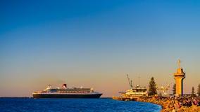 Queen Mary 2 przy zmierzchem w Portowym Adelaide Fotografia Royalty Free