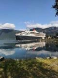Queen Mary 2 som förtöjas på en norsk fjord Royaltyfria Foton