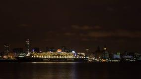 Queen Mary 2 som förtöjas på den Liverpool stranden Arkivfoto