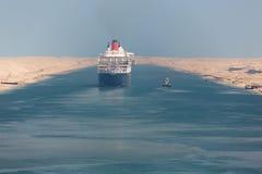 Queen Mary 2 som navigerar till och med den Suez kanalen royaltyfri fotografi