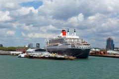 Queen Mary 2 zee- transatlantisch voering en cruiseschip in Southampton dokt Engeland het UK Stock Afbeeldingen