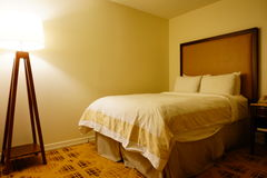Queen size hotel bed Royalty Free Stock Photos