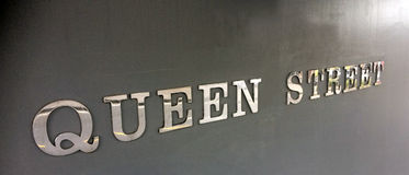 Queen street sign with shiny letters Stock Photography