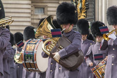 Queen' s卫兵-白金汉宫-伦敦-英国 免版税库存图片