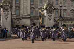 Queen' s-vakt - Buckingham Palace - London - UK Royaltyfria Bilder
