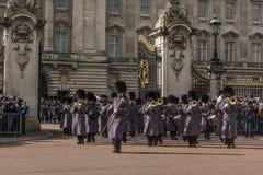 Queen' s Wacht - Buckingham Palace - Londen - het UK Royalty-vrije Stock Afbeeldingen