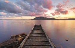 Queens brygga för sjöreserv på solnedgången royaltyfri bild