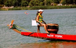 Queens, NY : Batteur sur Dragon Boat Image stock
