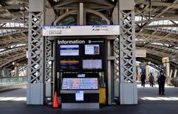 Queens NY: LIRR-järnvägterminal i Jamaica Arkivbild