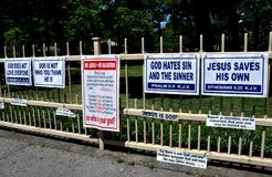 Queens, NY: Religiöse Zeichen auf Zaun Stockfotos