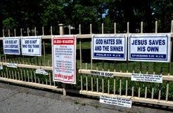 Queens NY: Religiöst tecken på staketet Arkivfoton
