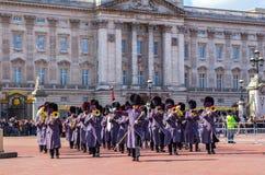 Queens-Schutz-Musiker außerhalb des Buckingham Palace Stockfotografie