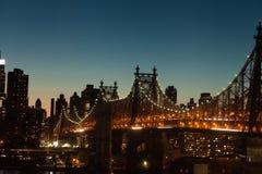 Queensboro Bridge in der Dämmerung in New York City Stockfoto
