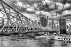 Queensboro Bridge, New York City an einem bewölkten Tag stockbilder