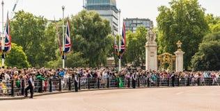 Queensfödelsedagen som gå i skaror färgen royaltyfria foton