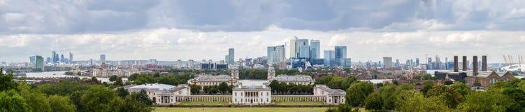 Queenshus med horisonten av Canary Wharf Arkivbild
