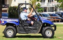 Queensland-Polizei, die Strand im Laufwerk 4wheel patrouilliert Stockbilder