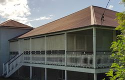 Queenslander e veranda con il tetto rosso della latta Fotografia Stock Libera da Diritti