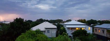 Queenslander hem i sommarstorm och lightening Arkivbilder