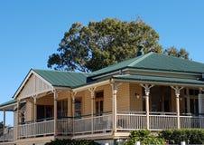 Queenslander i kräm och gräsplan Royaltyfria Bilder