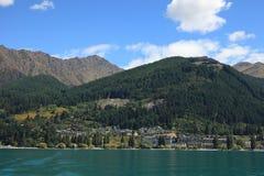 Queenstown, Новая Зеландия, как увидено от озера Wakatipu. Стоковое Фото